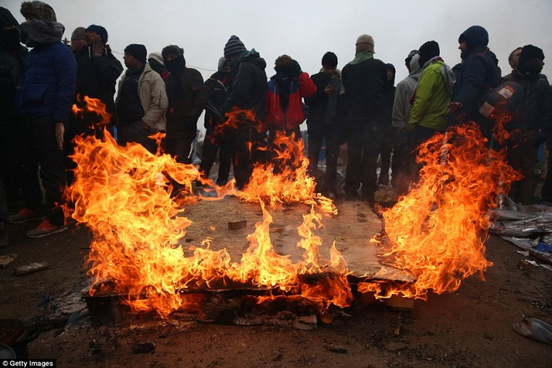 31bc6f9e00000578-3470805-migrants_have_started_to_burn_down_the_jungle_camp_as_the_securi-a-21_1456857236457