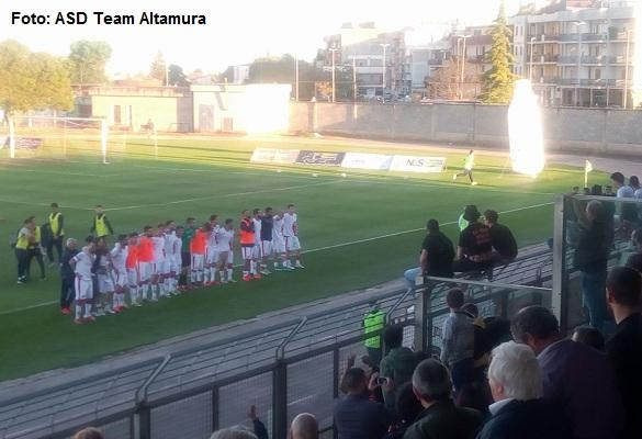 La Team Altamura festeggia a fine gara e riceve il tributo dei suoi tifosi