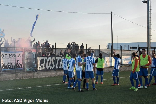 I festeggiamenti dei giocatori della Vigor Moles a Castellana Grotte