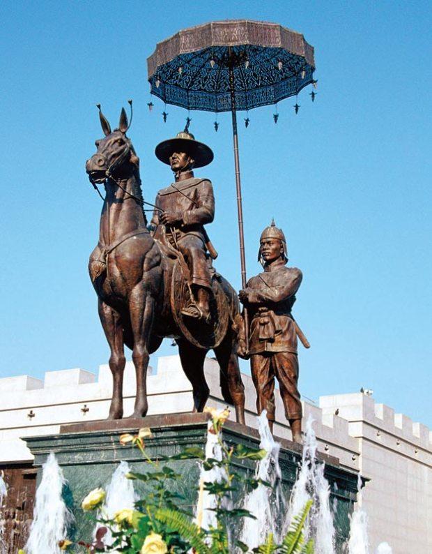 1590 - 1605 yılları arasında Ayutthaya'nın kralı olan Naresuan'ın heykeli, şemsiyenin ne kadar önemli bir sembol olduğunu gösteriyor.