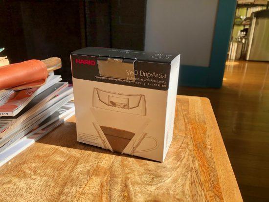 Un primer plano del cono de vertido del asistente de goteo en su pequeña caja.