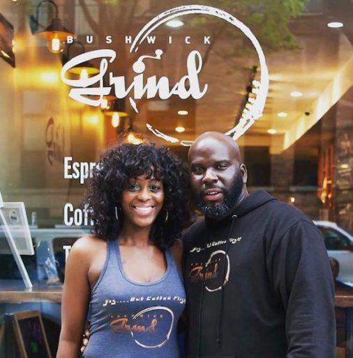Bushwick Grind es un café propiedad de negros que espera abrir una nueva ubicación con una granja urbana.  Los propietarios se muestran aquí sonriendo frente a su negocio.