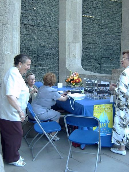 Voluntarias recogiendo dinero