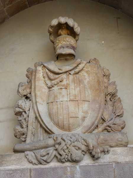 Escudo de la ciudad y bastón y piel de león