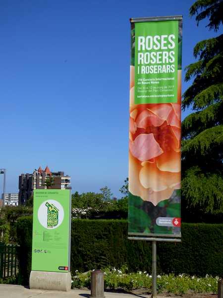 Entrada al Parque Cervantes de Barcelona, donde se celebra el concurso. El lema es Rosas, rosales y rosaledas.