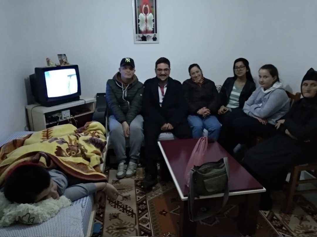 Denis e la sua famiglia ascoltano la Parola di Dio