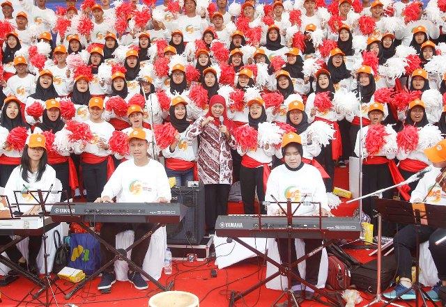 BERSAMA UNTUK INDONESIA: Mensos Khofifah menyanyikan lagu kebangsaan bersama grup paduan suara dengan iringan musik dari penyandang disabilitas.   Foto: Barometerjatim.com/MARIJAN AP