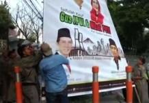 TERJANG ATURAN: Baliho paslon Pilgub Jatim ditertibkan Panwaslu karena menerjang aturan pemasangan alat peraga kampanye. | Foto: Ist