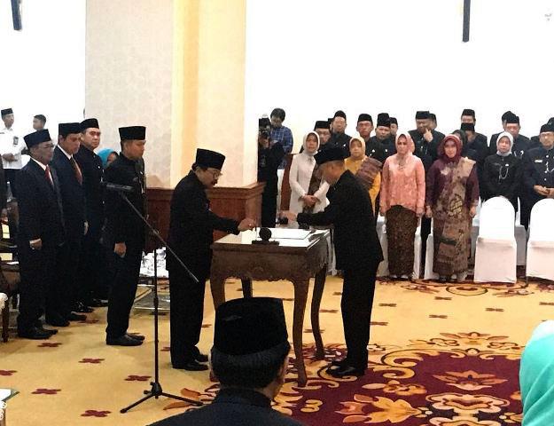 PENGUKUHAN PJS: Gubernur Soekarwo mengukuhkan empat penjabat sementara di Gedung Negara Grahadi Surabaya, Rabu (14/2). | Foto: Ist