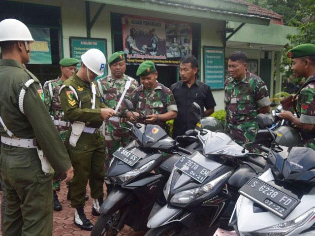 SIDAK KENDARAAN DINAS: Jajaran Kodim Tuban bersama Subdenpom V/2-4 Tuban melakukan sidak terhadap kendaraan yang dipakai anggotanya. | Foto: Ist