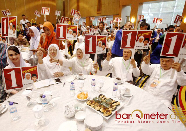 KIAI-IBU NYAI SEPUH: Para kiai dan ibu nyai turut mengantar paslon Khofifah-Emil saat pengambilan nomor urut di Hotel Marcure, Surabaya, Selasa (13/2). | Foto: Barometerjatim.com/ABDILLAH HR