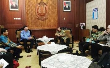 AUDIENSI TIM INOVASI: Gubernur Soekarwo menerima audiensi tim Inovasi di Gedung Negara Grahadi, Surabaya, Selasa (27/2). | Foto: Ist