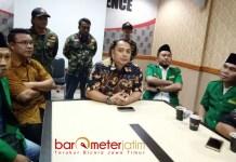 DIKAWAL ANSOR: Ery Cahyadi saat memberikan keterangan pers dengan kawalan pengurus Ansor dan Banser Surabaya. | Foto: Barometerjatim.com/NATHA LINTANG