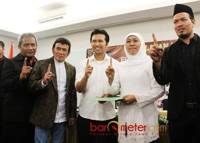 FORSA DUKUNG KHOFIFAH-EMIL: Yusuf Maulana (kiri) bersama Rhoma Irama saat deklarasi dukungan Forsa untuk pasangan Khofifah-Emil Dardak. | Foto: Barometerjatim.com/ROY HASIBUAN