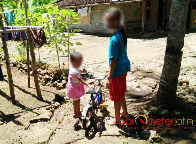 SEHAT, BUKAN GIZI BURUK: Melinda Yesa Maharani asyik main sepeda bersama kakaknya. Kenapa disebut Puti mengalami gizi buruk? | Foto: Barometerjatim.com/ROY HASIBUAN