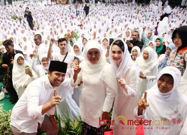 TOTALITAS MUSLIMAT NU: Cagub Khofifah, Cawagub Emil Dardak dan Arumi Bachsin menghadiri pengajian Muslimat NU di Tulungagung, Minggu (22/4). | Foto: Barometerjatim.com/MARIJAN AP