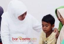 HIBUR FAYED: Cagub Khofifah menghibur Fayed, putra bungsu almarhum KH Cholil Ahmad saat takziah di Sampang, Sabtu (14/3).   Foto: Barometerjatim.com/ROY HASIBUAN