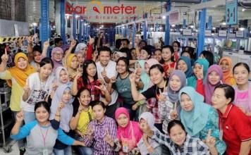 DIDOLAKAN BURUH: Cawagub Emil Dardak mendapat sambutan hangat buruh PT Global Way Indonesia, Sidoarjo, Jumat (25/5). | Foto: Barometerjatim.com/ROY HASIBUAN