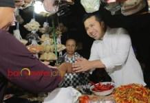 KUNJUNGI PASAR TEMBOK: Emil Dardak mendapat sambutan hangat dari pedagang Pasar Tembok, Dukuh, Surabaya, Jumat (25/5). | Foto: Barometerjatim.com/ROY HASIBUAN