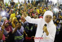 BERSATU PILIH NOMOR SATU: Cawgub Khofifah bersama ribuan buruh PT Tjiwi Kimia di Sidoarjo, Kamis (24/5). | FOTO: Barometerjatim.com/MARIJAN AP