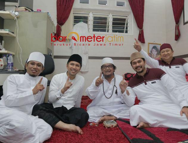 AL QODIRI SATU JARI : Kiai Muzakki Syah (tengah) dan Ra Fadil (kiri) salam satu jari tanda mendukung penuh Khofifah-Emil di Pilgub Jatim 2018. | Foto: Barometerjatim.com/ROY HASIBUAN