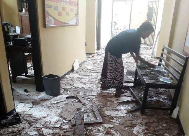 RUSAK PARAH: Kantor Polsek Giligenting, Sumenep, Madura, hancur di beberapa bagian akibat banrang bukti bondet meledak, Senin (21/5).   Foto: Barometerjatim.com/ENEF MADURY