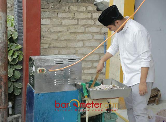 UKM KERUPUK SAMPANG: Emil menggoreng kerupuk saat mengunjungi UKM kerupuk di Kabupaten Sampang, Madura, Selasa (15/5). | Foto: Barometerjatim.com/ROY HASIBUAN