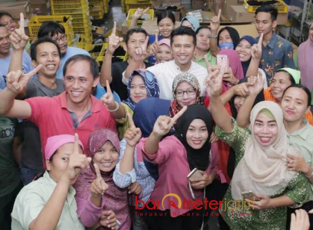 SATU PILIHAN: Buruh PT Hair Star Indonesia (HSI), Sidoarjo, bersatu dalam satu pilihan: Khofifah-Emil. | Foto: Barometerjatim.com/ROY HASIBUAN