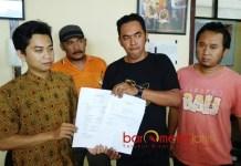 DUGAAN KAMPANYE HITAM: Relawan Pilkada Damai melaporkan dugaan kampanye hitam ke Panwaslu Kabupaten Blitar, Selasa (26/6) sore. | Foto: Barometerjatim.com/ROY HASIBUAN