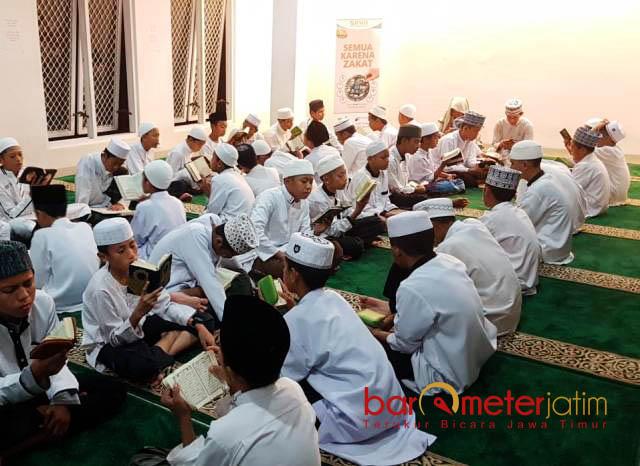 MENGHIDUPKAN MALAM RAMADHAN: Kegiatan tahfidz di Ponpes Tahfidz Darul Hijrah Surabaya, Jumat (1/6) malam. | Foto: Barometerjatim.com/ABDILLAH HR