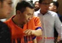 SEGERA DISIDANG: Tersangka Budi Santoso dan Klemens Sukarno Candra saat jalani proses tahap II di kantor Kejati Jatim, Rabu (7/6). | Foto: Barometerjatim.com/ABDILLAH HR