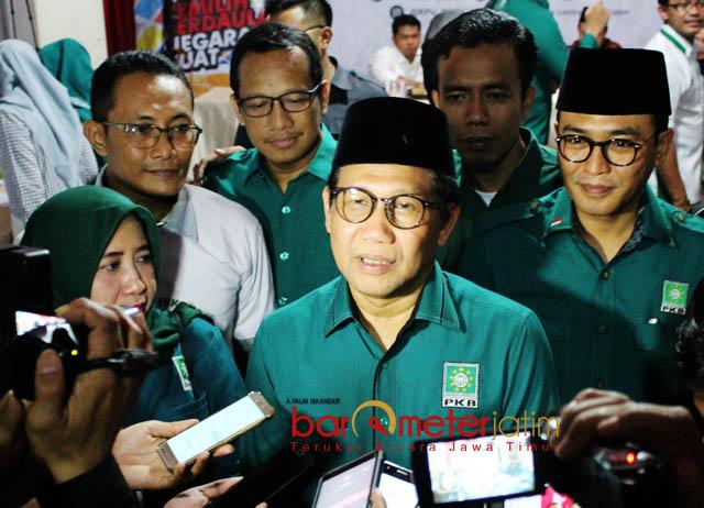 BERI TEMPAT GUS IPUL: Ketua DPW PKB Jatim, Abdul Halim Iskandar usai mendaftarkan Bacaleg PKB ke KPU Jatim, Selasa (17/7) malam. | Foto: Barometerjatim.com/ROY HASIBUAN