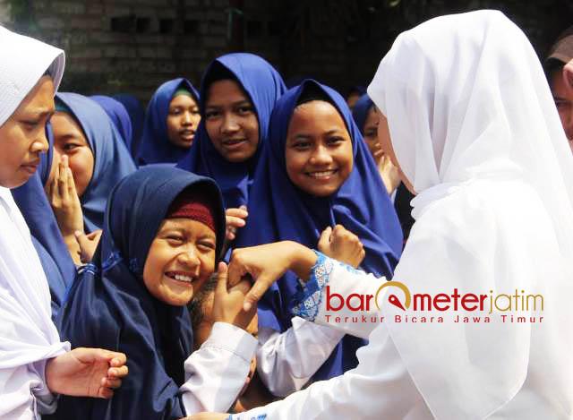 SAMBUTAN MERIAH SANTRIWATI: Khofifah disambut meriah santriwati saat mengunjungi Ponpes Karangasem Paciran, Lamongan, Senin (23/7). | Foto: Barometerjatim.com/WINIDIOVA