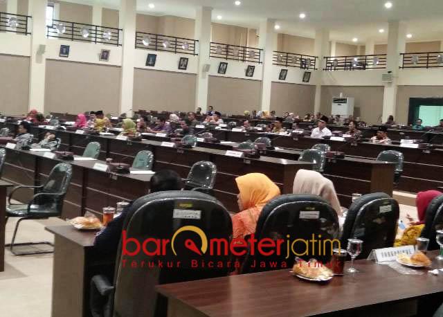 WAKIL RAKYAT DIBIAYAI APBD: DPRD Kabupaten Lamongan, tak etis mengajak keluarga saat melakukan kunjungan kerja.   Foto: Barometerjatim.com/HAMIM ANWAR