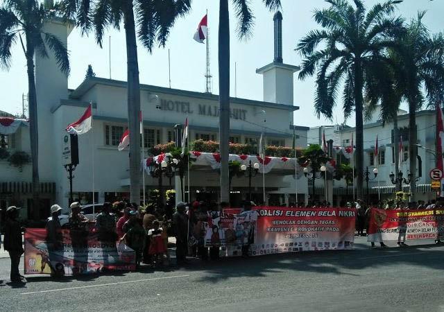 TOLAK DEKLARASI GANTI PRESIDEN: Massa menggelar aksi di depan Hotel Majapahit Surabaya, mendemo Ahmad Dhani yang akan menghadiri Deklarasi #2019GantiPresiden. | Foto: IST