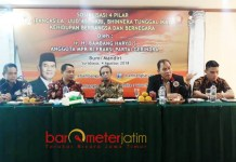 MINTA PEMERINTAH AKTIF: Bambang Haryo (kanan) saat sosialisasi empat pilar kebangsaan di Surabaya, Sabtu (4/8). Pemerintah diminta berperan aktif.   Foto: Barometerjatim.com/ABDILLAH HR