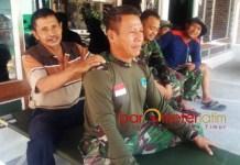 TNI BERSAMA RAKYAT: Layaknya keluarga, prajurit TNI dan warga tampak begitu dekat usai bergotong royong membangun desa. | Foto: Barometerjatim.com/DIDIK HENDRIYONO