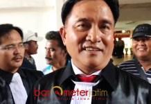 SIAP MELAWAN: Penasihat hukum Henry Gunawan, Yusril Ihza Mahendra sebut dakwan JPU dalam overlap.   Foto: Barometerjatim.com/NANTHA LINTANG