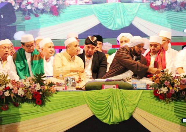 DHANI IKUT BERSHALAWAT: Ahmad Dhani menghadiri peringatan Tahun Baru Islam bersama Habib Syekh di Surabaya, Senin (10/9) malam. | Foto: IST