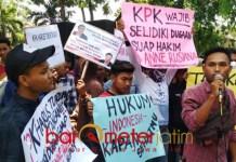 'TEMBAK' TEGUH KINARTO: Massa FPMB yang sebagain terlihat berusia remaja mengusung poster Teguh Kinarto saat demo di depan PN Surabaya, Rabu (26/9). | Foto: Barometerjatim.com/ABDILLAH HR