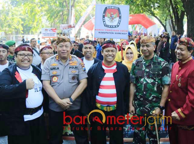 KAMPANYE DAMAI: Deklarasi kampanye damai digelar KPU Jatim di Jalan Tenggilis, Jemursari, Surabaya, Minggu (23/9). | Foto: Barometerjatim.com/NANTHA LINTANG