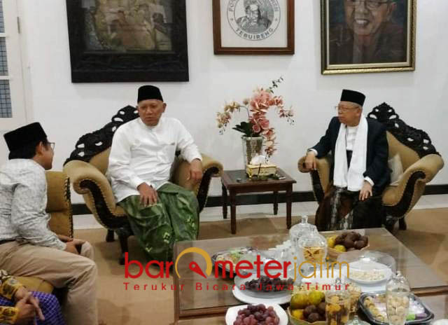 SILATURAHIM KE TEBUIRENG: Kiai Ma'ruf Amin (kanan) disambut Gus Kikin saat bersilaturahim ke Ponpes Tebuireng, Jombang, Senin (3/9).   Foto: Barometerjatim.com/ENEF MADURY