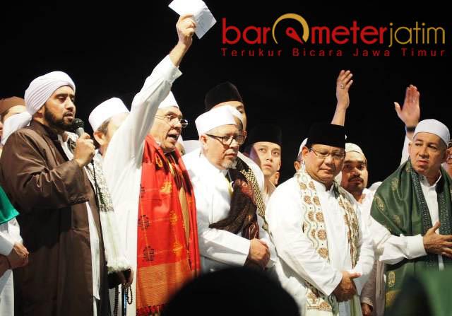 UNTUK KORBAN GEMPA: Prabowo menyumbang 20 ribu dolar AS untuk korban gempa di Lombok saat acara Surabaya Bershalawat. Senin (10/9) malam. | Foto: Barometerjatim.com/NANTHA LINTANG