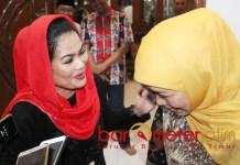 URUSAN EMAK-EMAK: Puti Guntur bercanda akrab penuh kekeluargaan dengan Khofifah di kediamannya Jemursari, Surabaya, Minggu (19/9) malam.   Foto: Barometerjatim.com/ROY HASIBUAN
