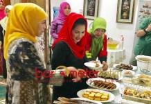 HIDANGAN MALAM: Puti Guntur menikmati hidangan makan malam di kediaman Khofifah di Jemursari, Surabaya, Minggu (16/9) malam.   Foto: Barometerjatim.com/HAMIM ANWAR