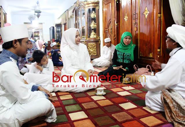 TAMU-TAMU AL QODIRI: Ra Fadil (kiri) mendampingi KH Ach Muzakki Syah (kanan) saat menerima silaturahim Khofifah dan Bupati Jember Faida. | Foto: Barometerjatim.com/ROY HASIBUAN