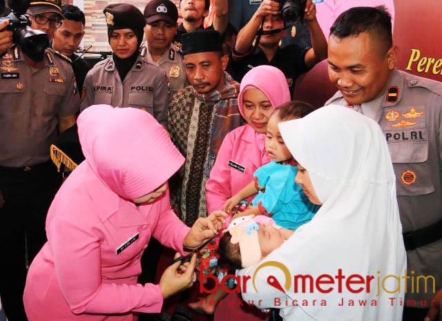 POTONG RANBUT: Prosesi akikah dan potong rambut anak asuh Rochmat yang dilakukan Ibu Bhayangkari, Atik Luki Hermawan. | Foto: Barometerjatim.com/NATHA LINTANG