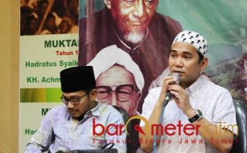 DITUNDA: KH Reza Ahmad Zahid (kanan) memastikan istighotsah kubro memperingati Hari Santri Nasional (HSN) ditunda hingga 28 Oktober 2018.   Foto: Barometerjatim.com/ROY HASIBUAN