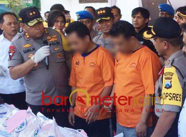 PENGEDAR SABU: Irjen Pol Luki Hermawan (kiri) dan dua tersangka, paman dan keponakan, pengedar sabu di Mapolrestabes Surabaya, Rabu 10/10). | Foto: Barometerjatim.com/NATHA LINTANG