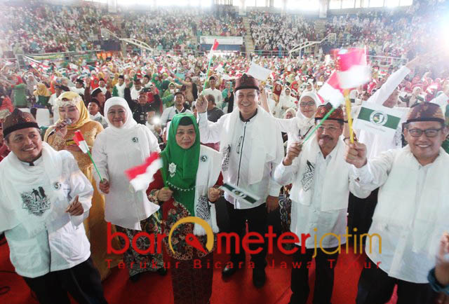 DEKLARASI JKSN JABAR: Khofifah dan pengurus JKSN pusat menghadiri JKSN Jabar di GOR C-Tra Arena, Bandung, Kamis (16/11). | Foto: Barometerjatim.com/ROY HASIBUAN